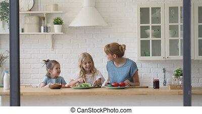 cuisine, filles, cuisine, ensemble, maman, petit, heureux, intérieur