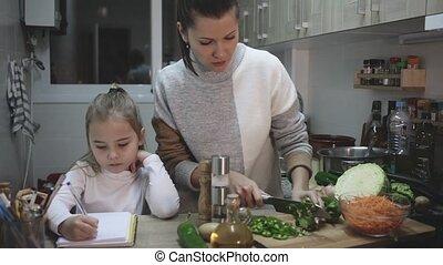 cuisine, mère, école, cuisine, peu, leçon, écriture, girl, pendant