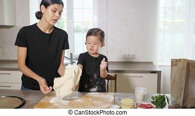 cuisine, maman, pâte, petite fille, jouer, présence