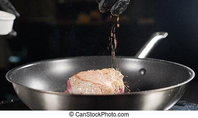 cuisine, vidéo, friture, processus, moule, viande, lent, restaurant, délicieux, kitchen., être, plat, nourriture, paprika, assaisonnement, cuit, entiers, chef cuistot, coup, herbs., motion., hd