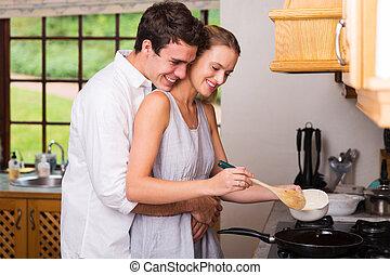 cuisiniers, jeune, étreindre, quoique, elle, petite amie, petit déjeuner, homme