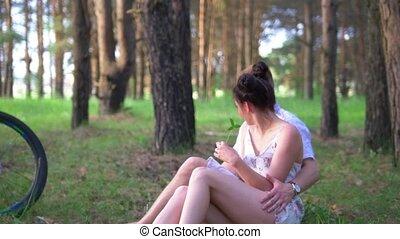 cyclisme, couple, après, jeune, repos, par, forêt, avoir, herbe, caucasien