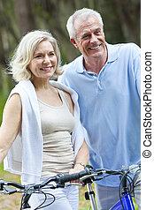 cyclisme femme, &, couple, bicycles, homme aîné, heureux