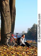 cycliste, jouir de, récréation, femme, nature, automne, heureux