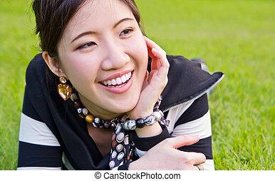 décontracté, femme, herbe, asiatique