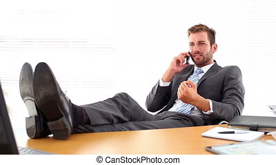décontracté, sien, pieds, mettre, homme affaires, haut