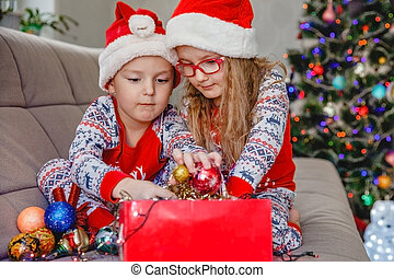 décorations, sofa, dehors, santa, soeur, prendre, arbre, petit frère, boîte, contre, chapeaux, noël