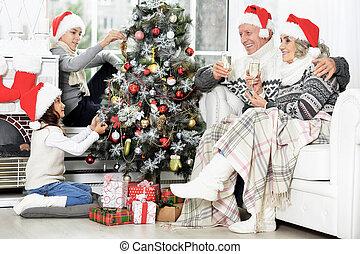 décorer, famille, heureux, santa, arbre, chapeaux