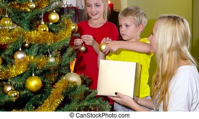 décorer, gosses, arbre, noël, maman
