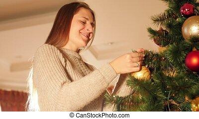 décorer, vidéo, closeup, sourire, babioles, vivant, 4k, femme, salle, noël, heureux, jeune, arbre