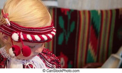 déguisement, girl, portrait, vyshyvanka, sourire, peu, vieux, ukrainien