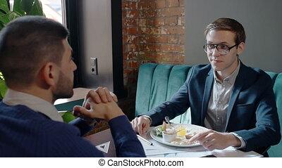 déjeuner, business, séance, deux, conversation, hommes affaires, cafe., pendant, table