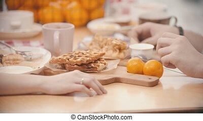 déjeuner, mains, tenue, restaurant, couple, avoir