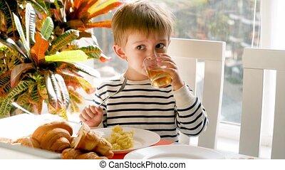 déjeuner, vidéo, salle manger, boisson, ou, 4k, boire, doux, rigolote, avoir, jus, garçon, fizzy, peu