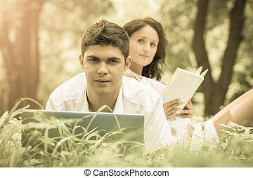 délassant, couple, parc, jeune, herbe verte