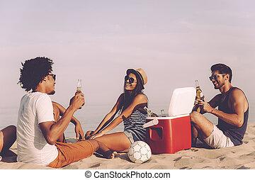 délassant, gens, dépenser, friends., jeune, ensemble, quoique, gai, bière, mieux, temps, boire, plage, séance, gentil