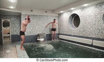 délassant, hommes, deux, jeune, sauter, nage, sauna, piscine