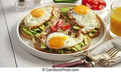 délicieux, sain, oeuf frit, sandwichs, petit déjeuner, coupé, avocat