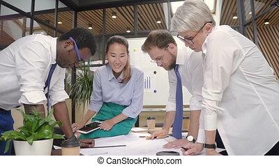 désinvolte, fonctionnement, architectes, projet, blueprint., multiracial, bureau