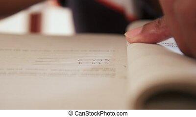 détail, jeune, livre, noir, étudiant, mains, écriture, exercice