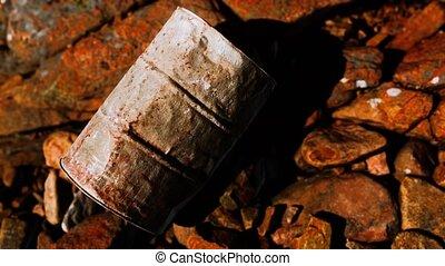 détruit, métal rouillé, rochers, baril, plage