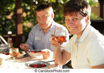 dîner famille, mûrir, outdoors., apprécier, heureux