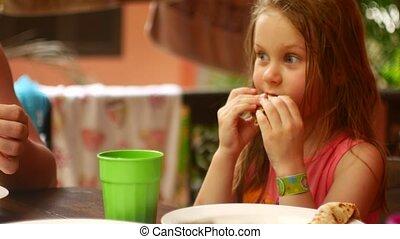 dîner, famille, manger, crêpes, fille, parents