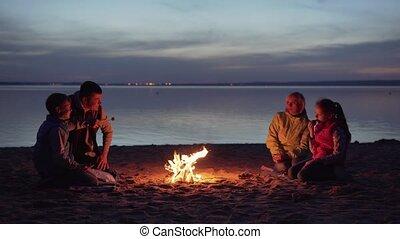 dîner, feu camp, plage, famille, nuit