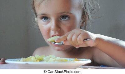 dîner, tout petit enfant manger