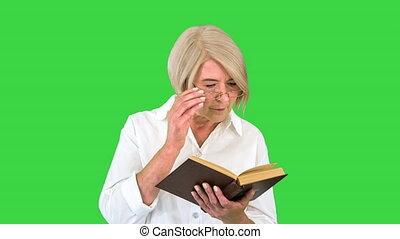 dame, écran, femme, vieux, personne agee, livre, vert, chroma, lunettes, lecture, key.