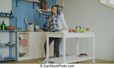 danse, couple, cuisine, jeune, quoique, séduisant, amusez-vous, maison, joyeux, cuisine