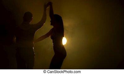 danse, doux, beau, light., silhouettes., fin, dance., couple, professionnel, danseurs, studio, enfumé, haut, salsa, latin, sombre, prise vue., jaune