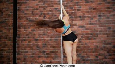 danse femme, danse, exécuter, jeune, tour, poteau, studio.