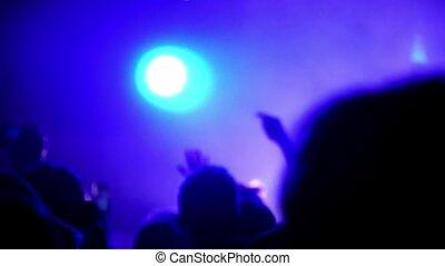 danse, haut, foule, gens, tenue, leur, mains, musique, mouvement, concert, lent