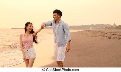 danse, heureux, romantique, jeune couple, plage, coucher soleil