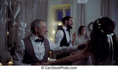 danse, jeune, grand-père, mariée, autre, invités, mariage, réception.