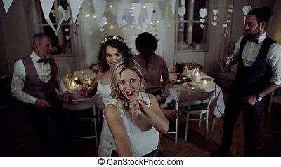 danse, jeune, mariée, autre, invités, mariage, réception., chant