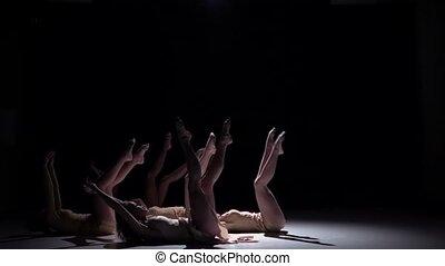 danse lente, danseurs, contemporain, mouvement, début, cinq, noir, blanc, vêtements, ombre