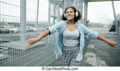 danse, mouvement, africaine, dehors, américain, marche, écouteurs, girl, lent