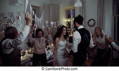 danse, palefrenier, jeune, mariée, autre, invités, mariage, réception.