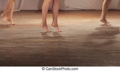 danse, pieds nue, étape