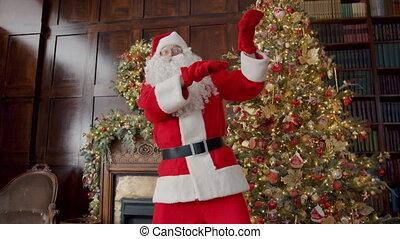 danse, rouges, porter, santa, amusement, gai, portrait, maison, déguisement, claus, avoir, décoré