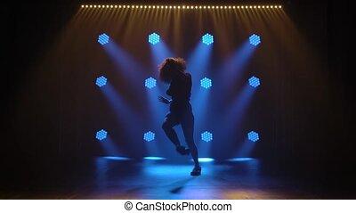 danses, svelte, jeune, lights., professionnel, danseur, mouvements, frousse, silhouette., motion., cheveux, jazz, lent, fond, luxuriant, girl, bleu