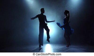 danseurs, enfumé, couple, salle bal, professionnel, lent, poser, mouvement