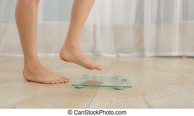 debout, échelle, femme, poids