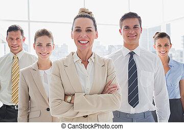 debout, équipe, business, groupe, sourire, ensemble