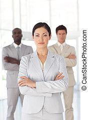 debout, équipe, femme affaires, devant, sérieux