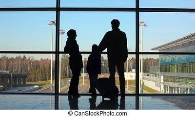 debout, bâtiment, famille, silhouettes, contre, fenêtre