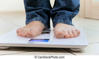 debout, balances, pieds, vidéo, 4k, femme, closeup, électronique