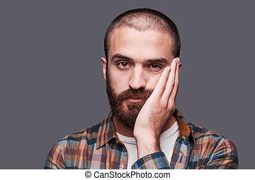 debout, barbu, boring., exprimer, ceci, garder, contre, gris, quoique, armes traversés, fond, jeune, ironique, sourire, percé, homme
